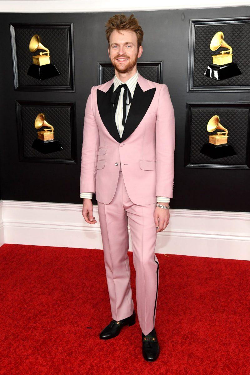 Finneas Eilish diện suit Gucci màu hồng pastel ngọt ngào.