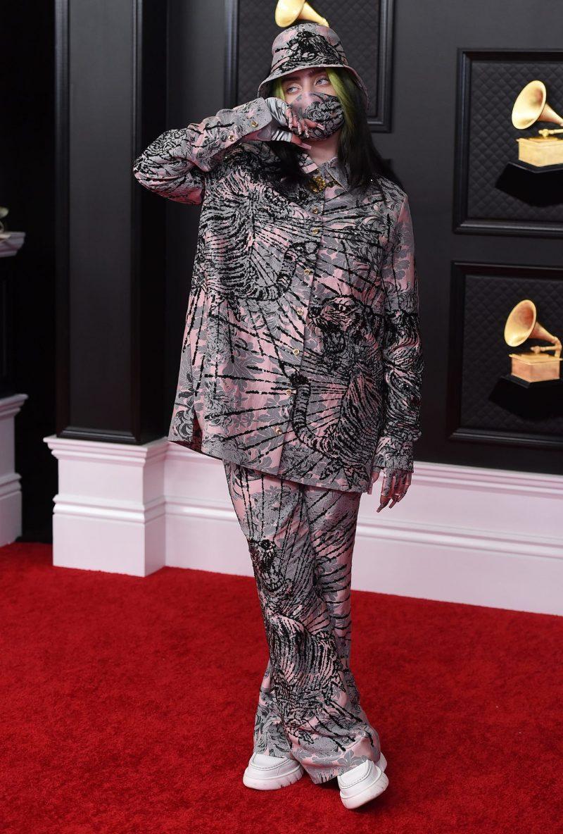 Billie Eilish trung thành với phong cách độc, lạ trong trang phục của nhà mốt Gucci.