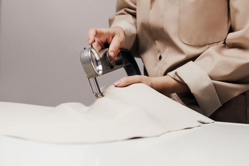 Để may nên chiếc túi Coussin Louis Vuitton cần 1.000 mũi khâu 2