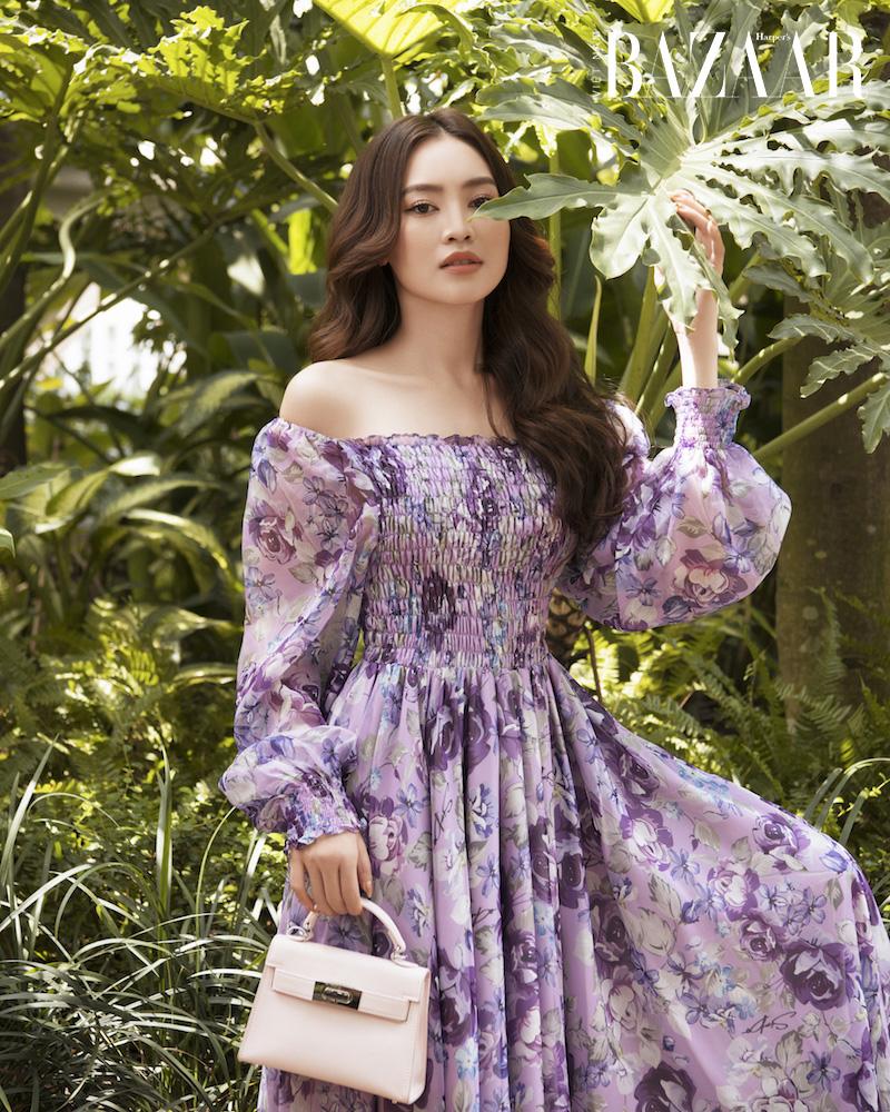Ninh Dương Lan Ngọc nữ tính trong đầm hoa diên vỹ SIXDO 5