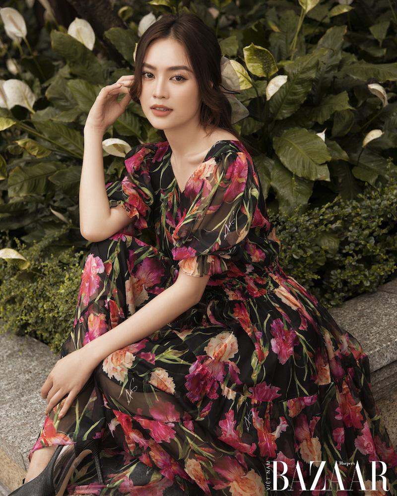 Ninh Dương Lan Ngọc nữ tính trong đầm hoa diên vỹ SIXDO 3