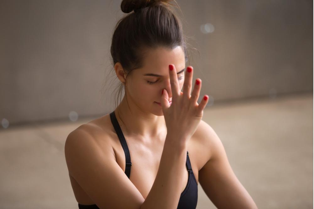 cách làm mũi thon gọn: thở theo yoga