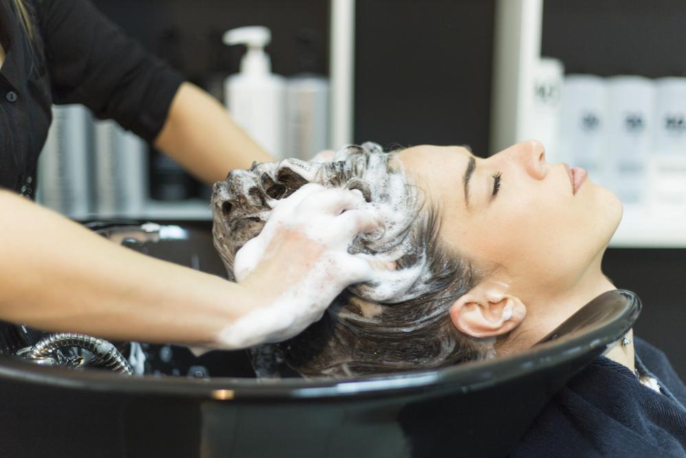 Có nên gội đầu sau khi uốn tóc?