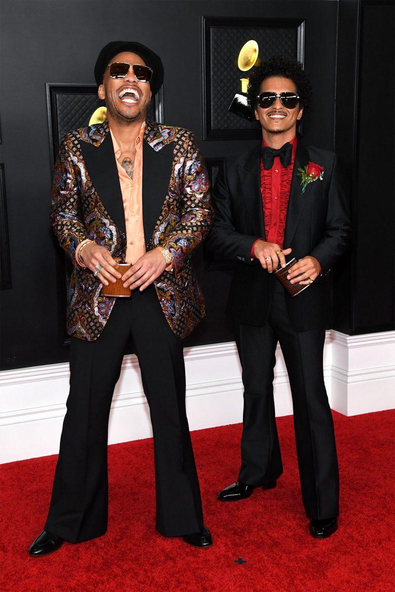 Rapper Anderson.Paak diện suit của Gucci, nổi bật trên thảm đỏ Grammy 2021 cùng Bruno Mars.