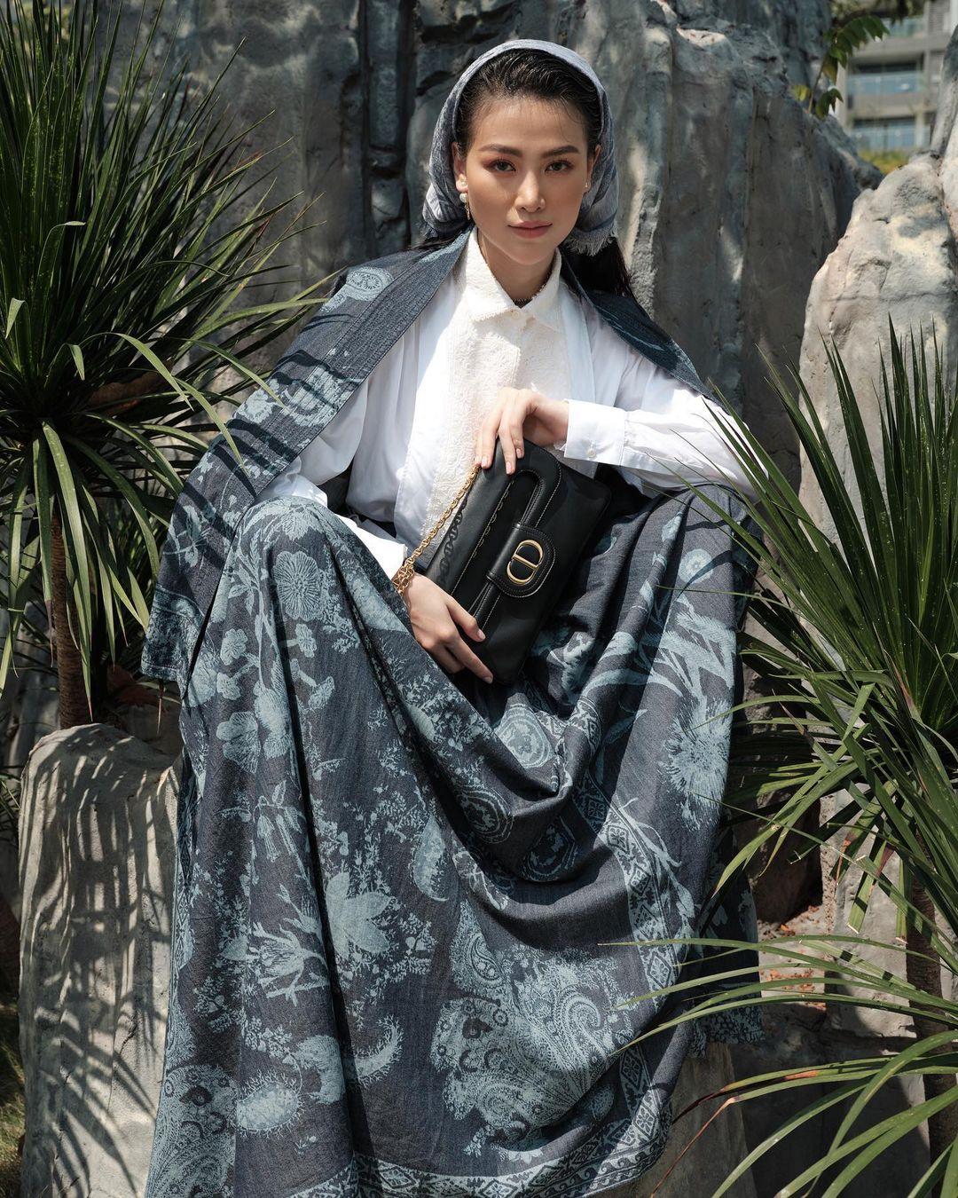 Hoa hậu Phương Khánh hoá cô gái đồng nội Pháp với túi DiorDouble 1