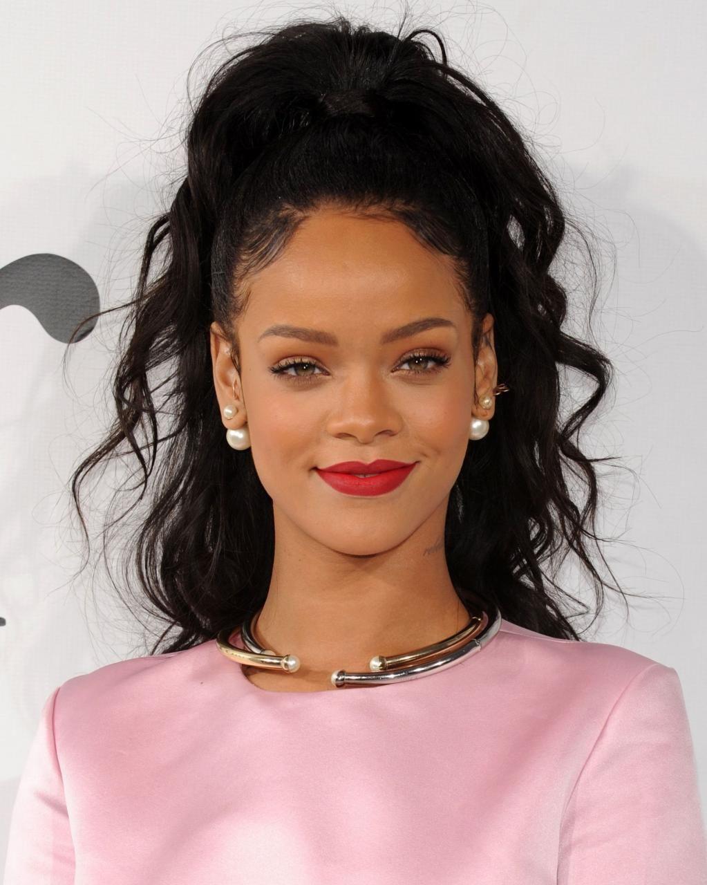 kiểu tóc phù hợp với khuôn mặt trái xoan: Rihanna
