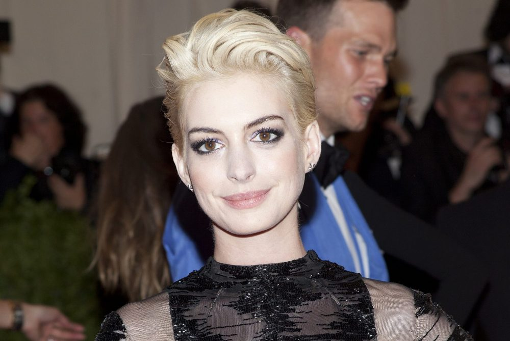 Anne Hathaway nhuộm tóc màu trắng