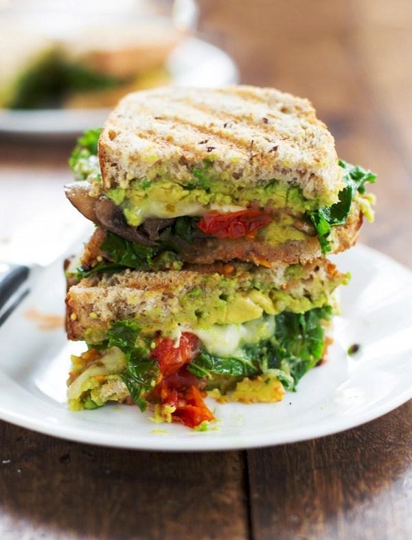 Sandwich bánh mì kẹp bơ và rau xanh