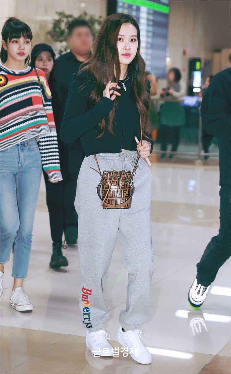 Rose (Blackpink) đeo túi Mon Tresor Mini Bucket Bag của Fendi