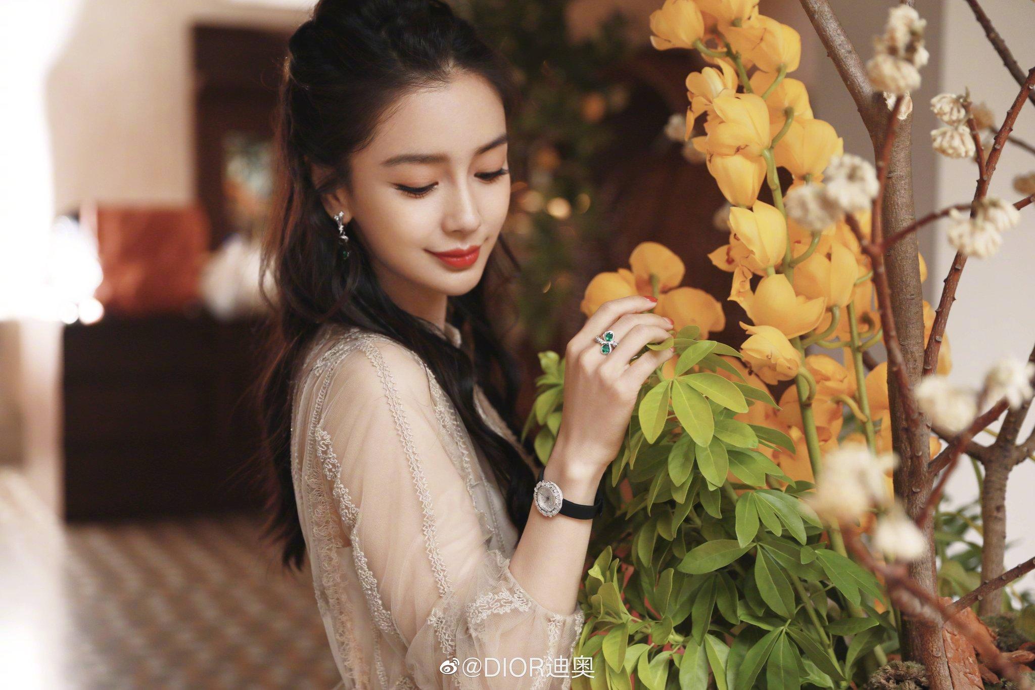 Angelababy ăn mừng sinh nhật trên thảm đỏ Weibo Night 2020 với Dior, Elie Saab