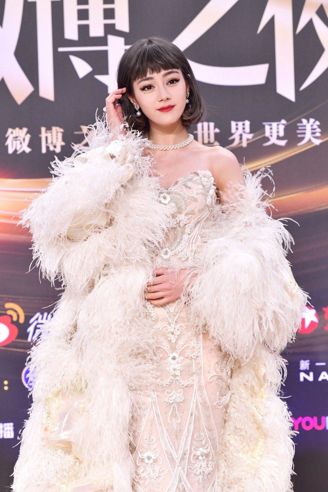 Địch Lệ Nhiệt Ba hóa Audrey Hepburn tại lễ trao giải Weibo Night 2020 1