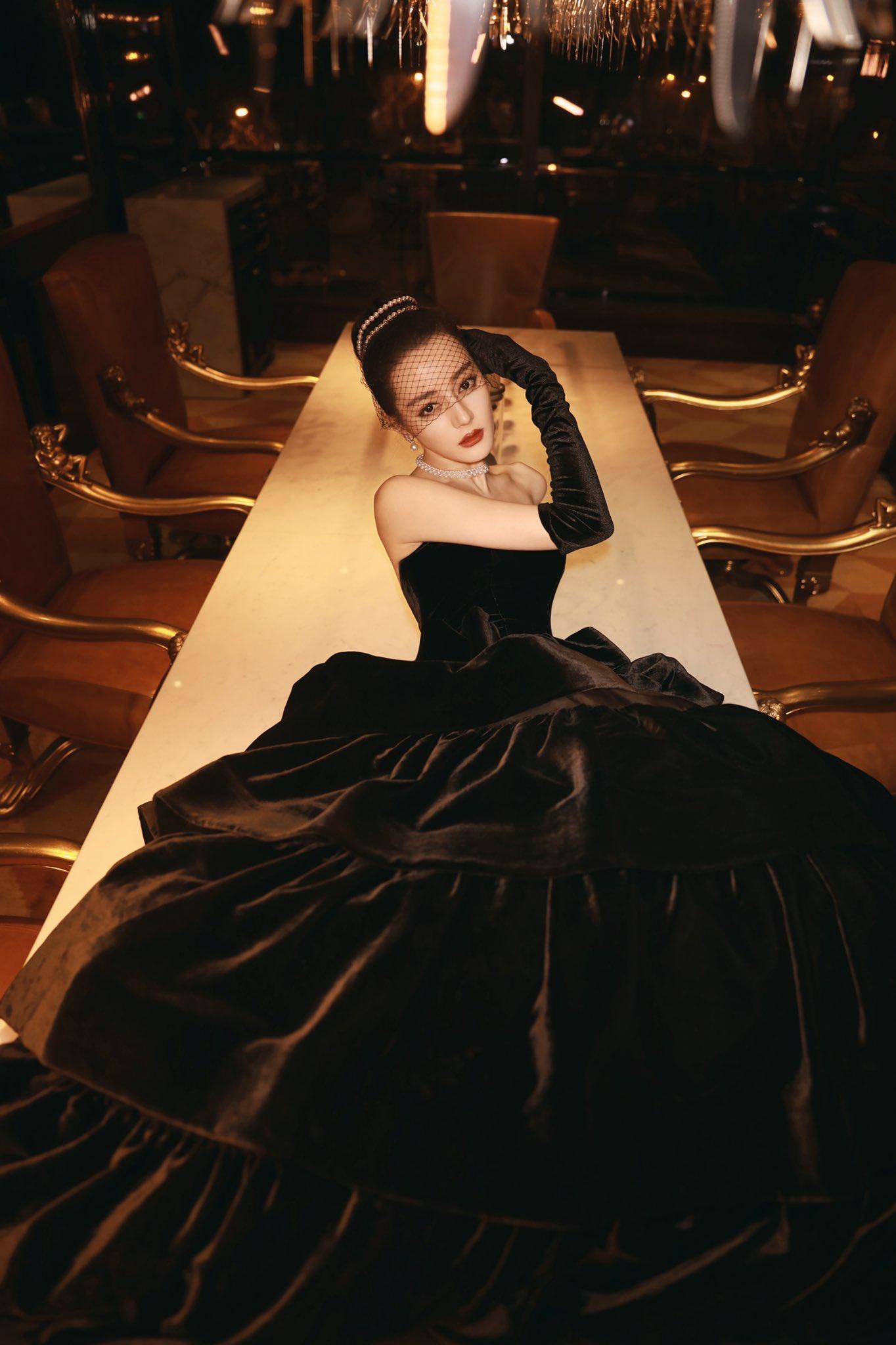 Địch Lệ Nhiệt Ba hóa Audrey Hepburn tại lễ trao giải Weibo Night 2020