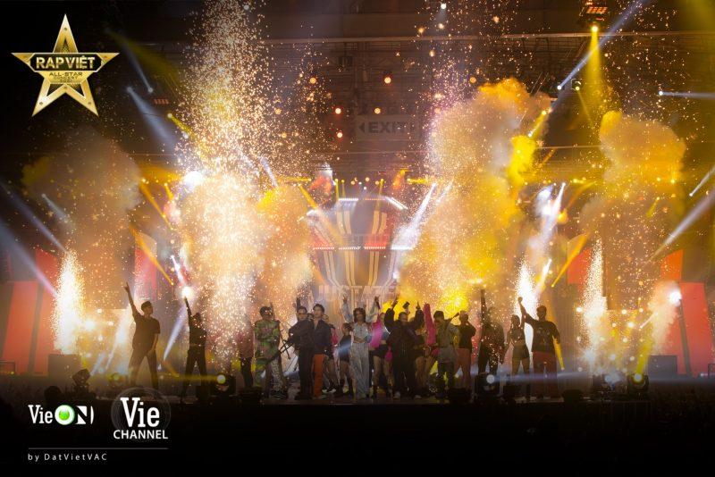 Tiểu Vy, Minh Tú diện bikini Hà Nhật Tiến tại concert Rap Việt All-Star 1