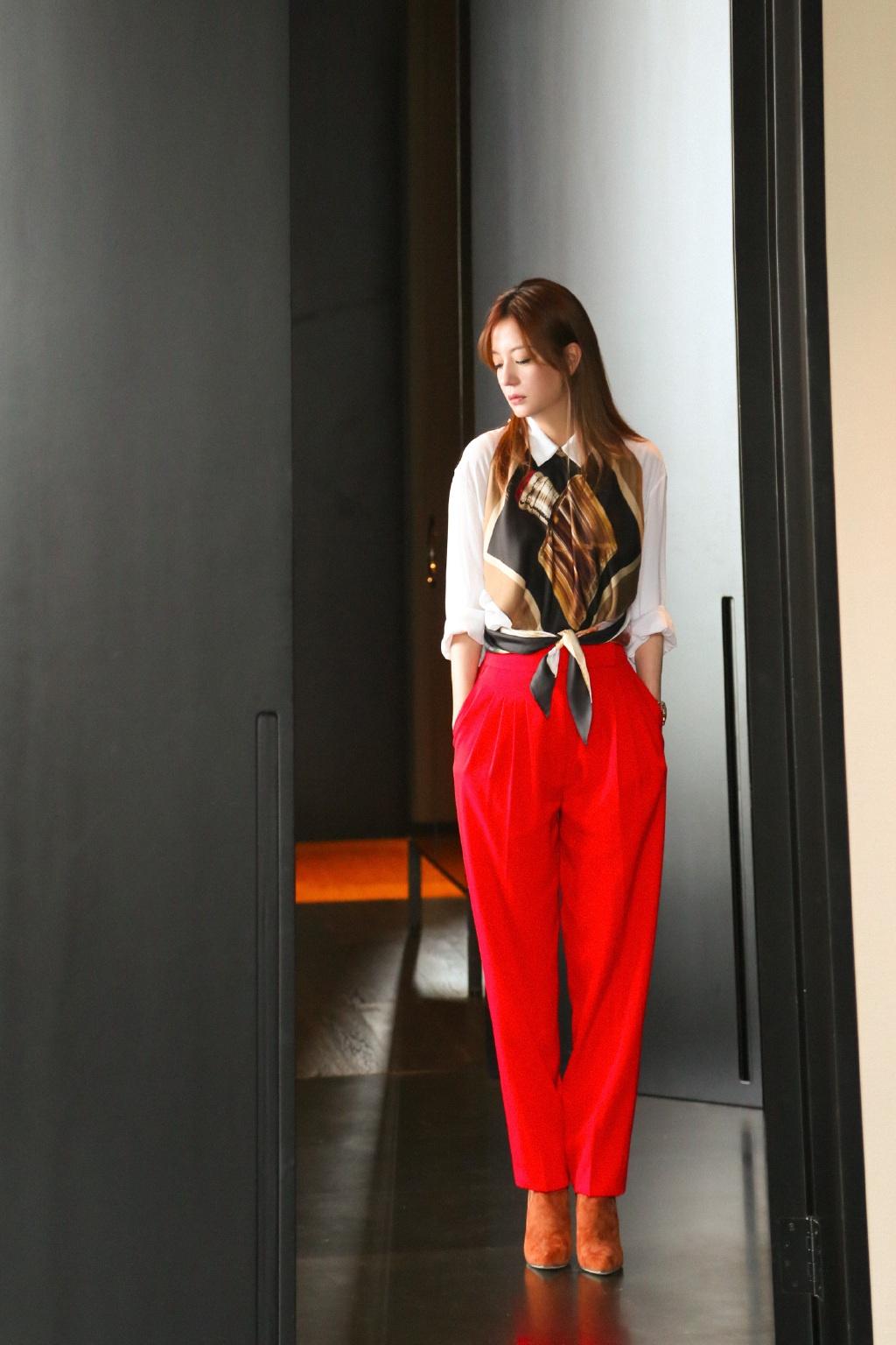 Quần màu đỏ kết hợp với áo màu gì?
