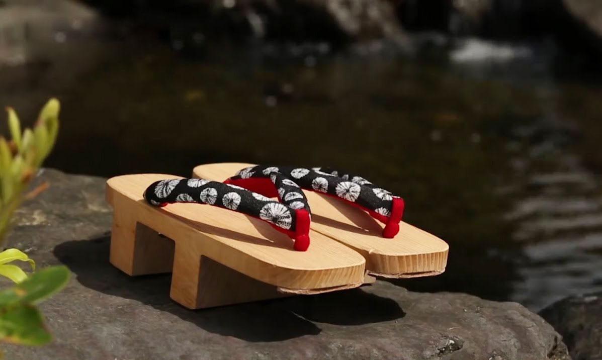 Giày clog là gì và vì sao những đôi guốc gỗ này trở lại mùa Xuân Hè 2021 1