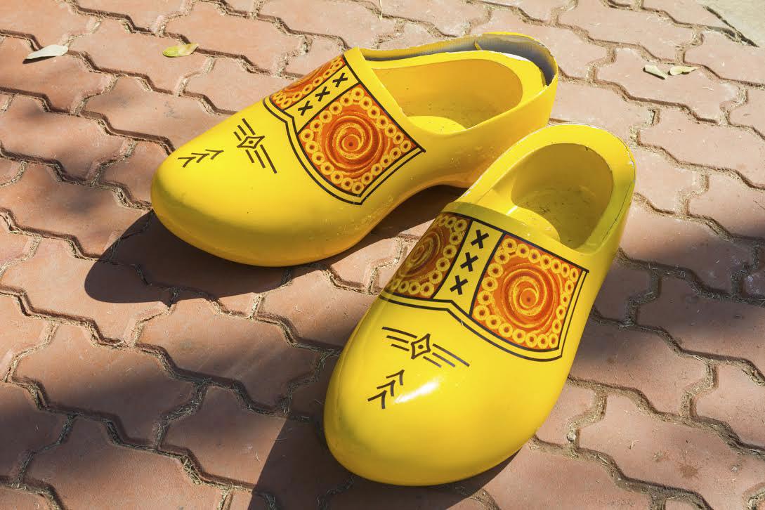 Giày clog là gì và vì sao những đôi guốc gỗ này trở lại mùa Xuân Hè 2021 2