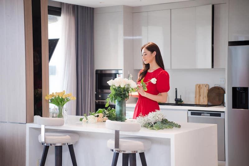 Hoa hậu Lương Thùy Linh dịu dàng khoe căn hộ penthouse mới tậu