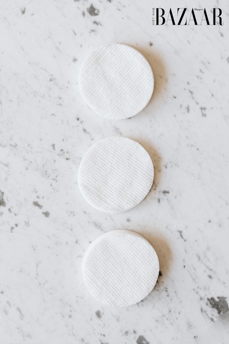 BZ-dieu-tri-mun-thoi-quen-sinh-hoat-cotton-pad