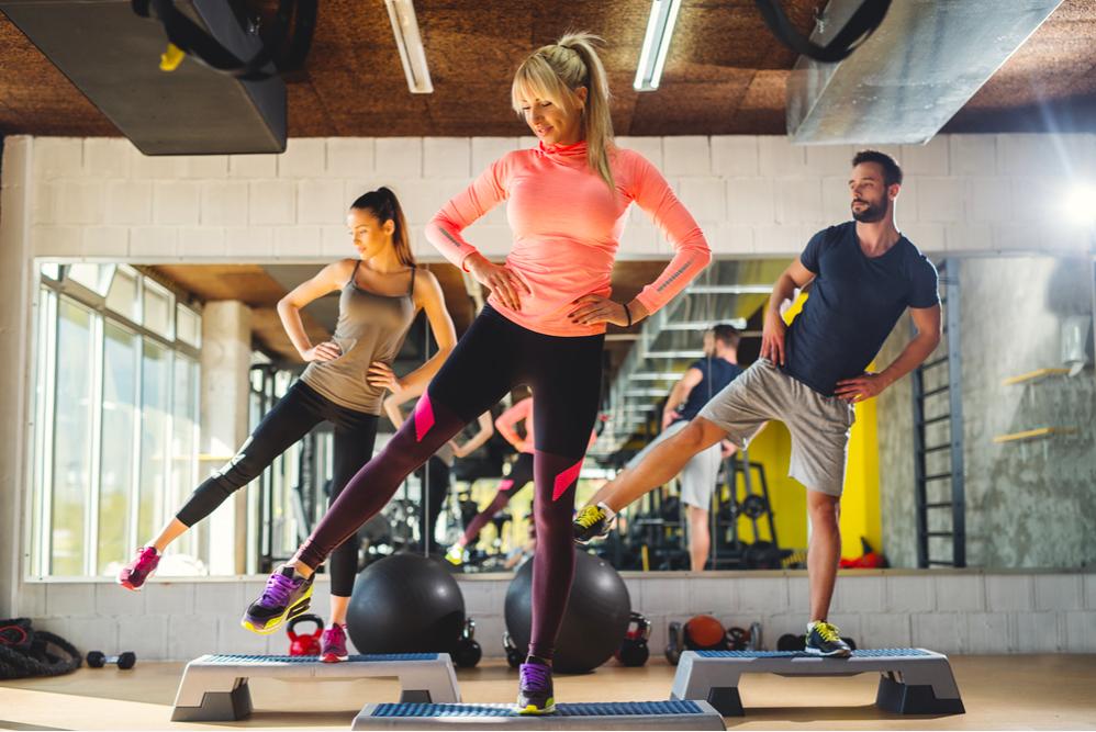 Nhảy đá chân sang hai bên,bài tập aerobic giảm mỡ bụng cho người mới tập