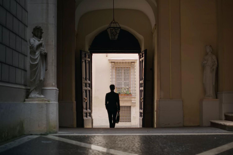 Những cách bối cảnh dựng phim Vincenzo tiết lộ về tính cách nhân vật