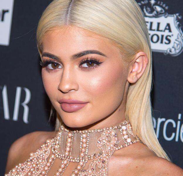 Cách trang điểm như Kylie Jenner: đôi môi