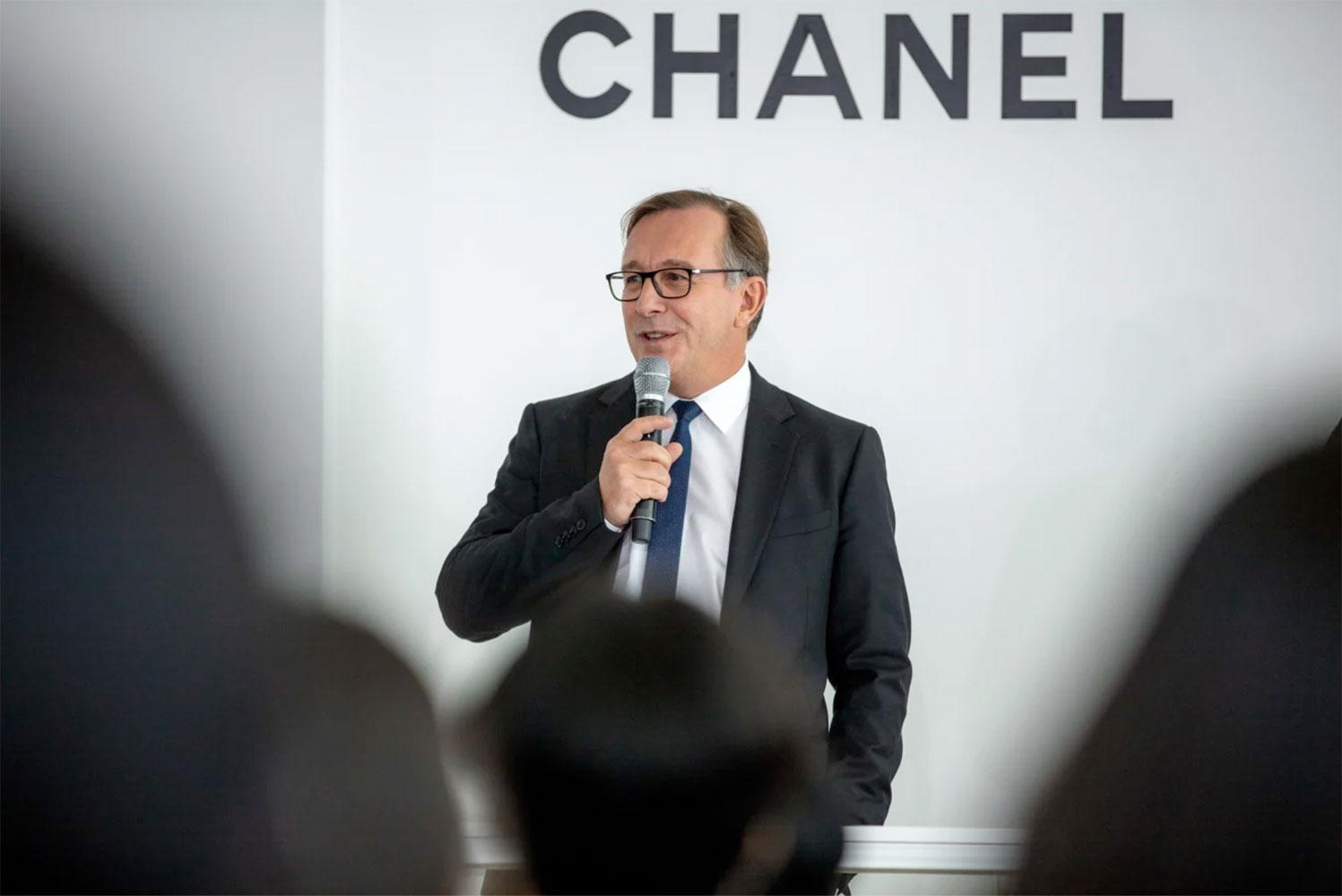 Ông Bruno Pavlovsky, chủ tịch mảng thời trang của Chanel, kêu gọi các nhà mốt Pháp trở về với lịch diễn truyền thống của tuần lễ thời trang Paris
