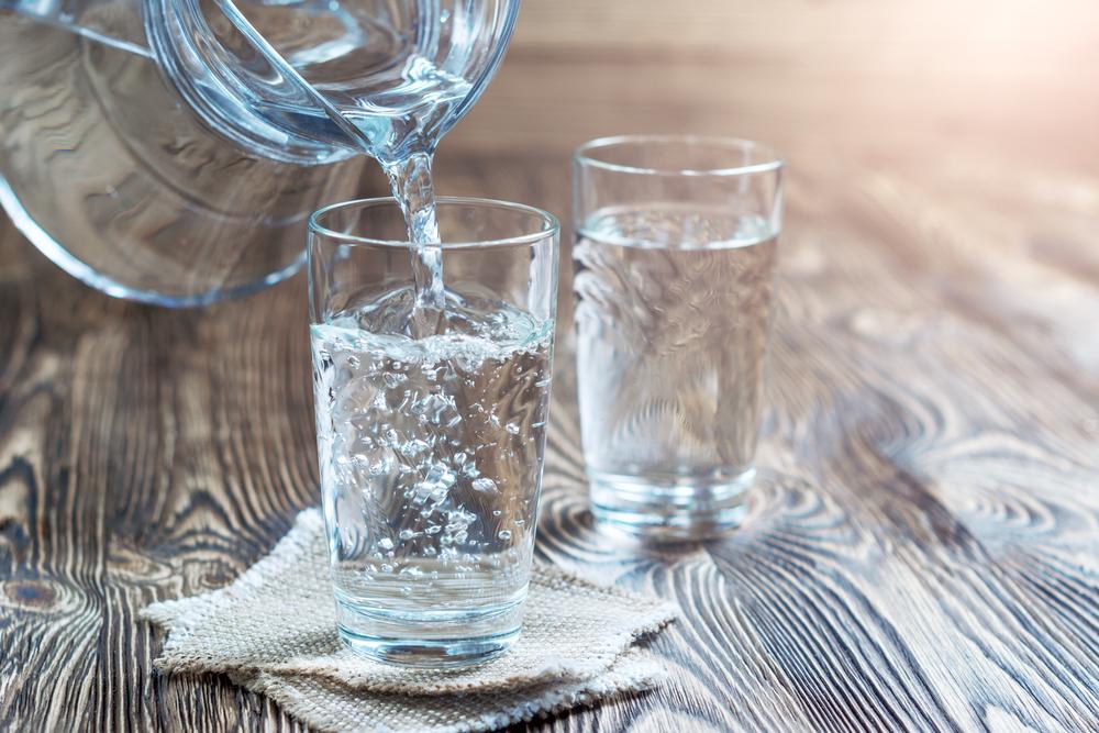 Uống gì để ngủ ngon giấc? uống nước lọc
