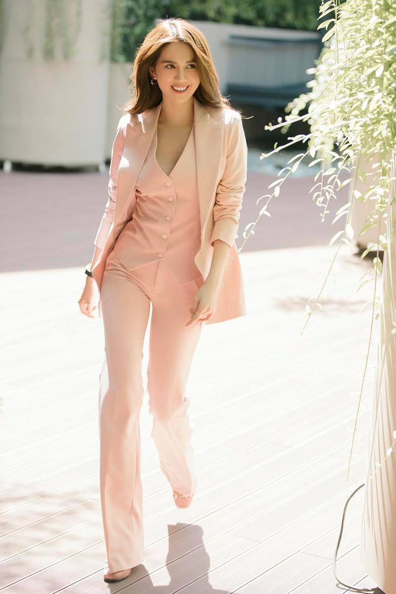 Những lần hiếm hoi Ngọc Trinh diện đồ màu hồng thanh lịch mà không sến súa