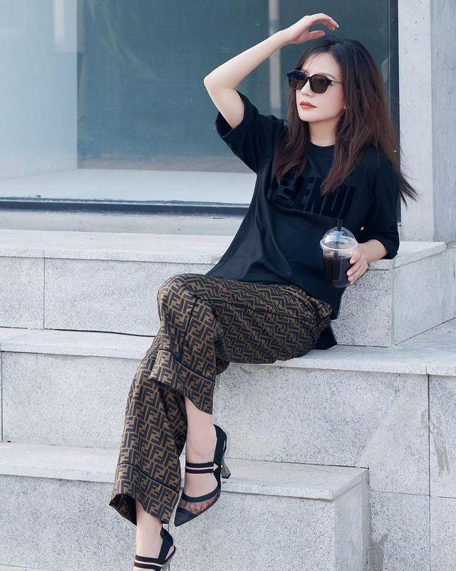 áo thun đen nên kết hợp với quần màu gì