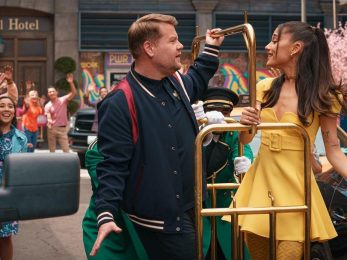 Ariana Grande diện bộ cánh Versace vàng rực rỡ ăn mừng ngừng giãn cách xã hội
