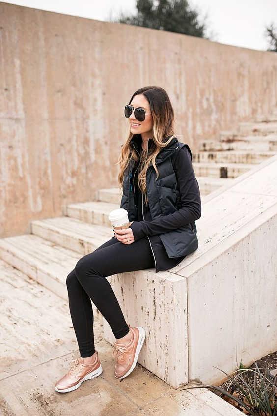Trang phục đen và giày hồng