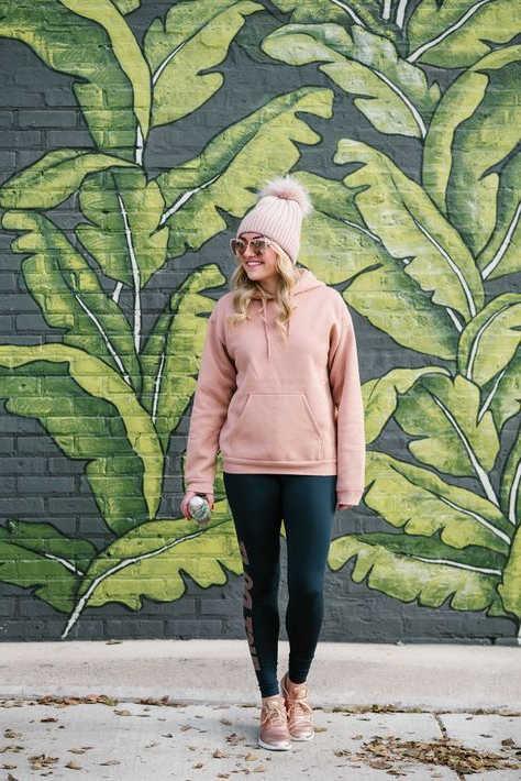 Giày thể thao màu hồng với áo hoodie
