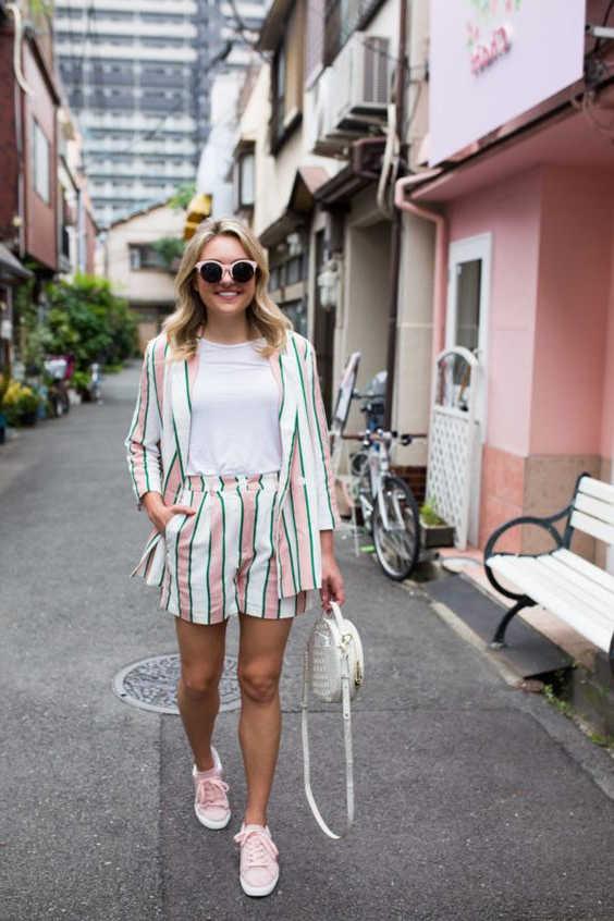 Giày hồng với quần short