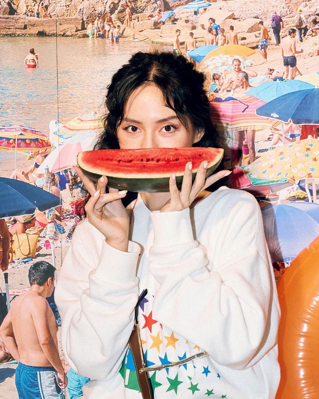"""Khánh Linh """"hô biến"""" nhà thành rạp phim, bãi biển và sàn disco với Gucci"""