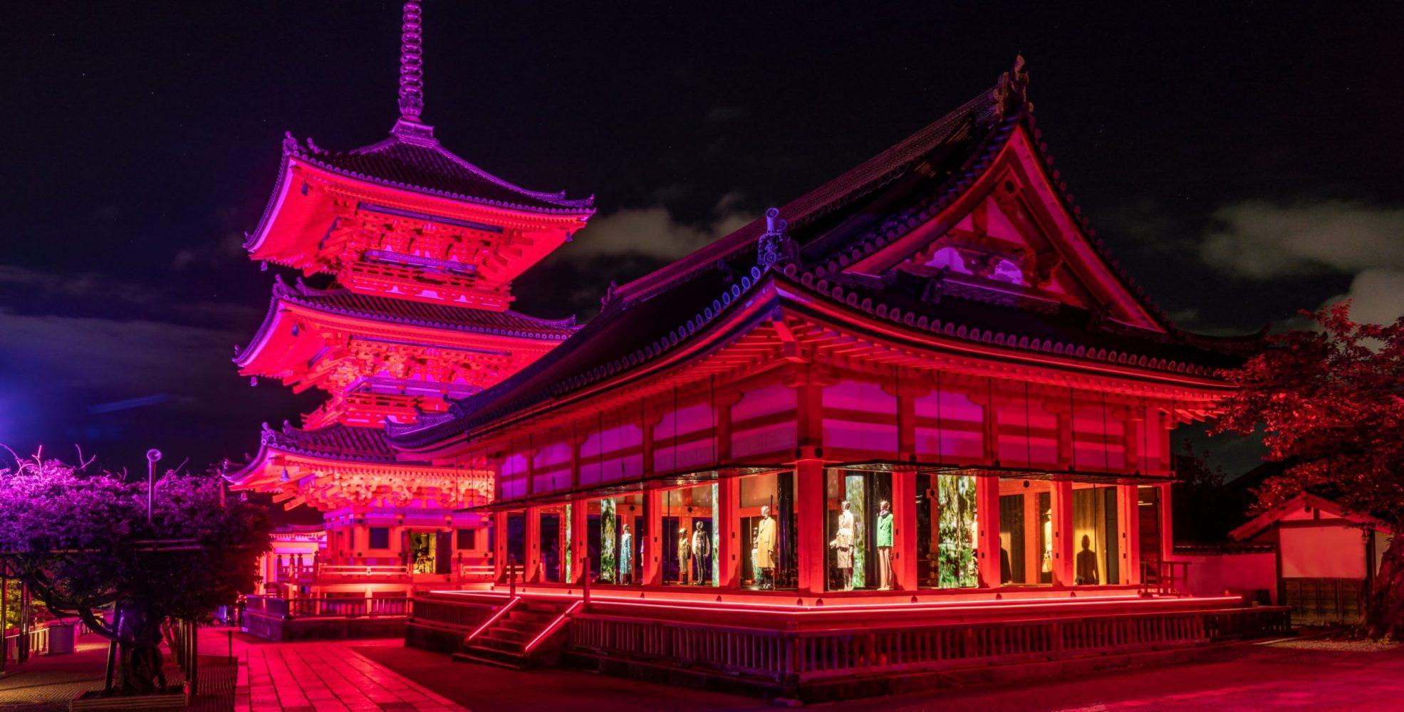 Triển lãm Gucci In Kyoto diễn ra dưới ánh đèn huyền ảo. Ảnh: fashionsnap.com.