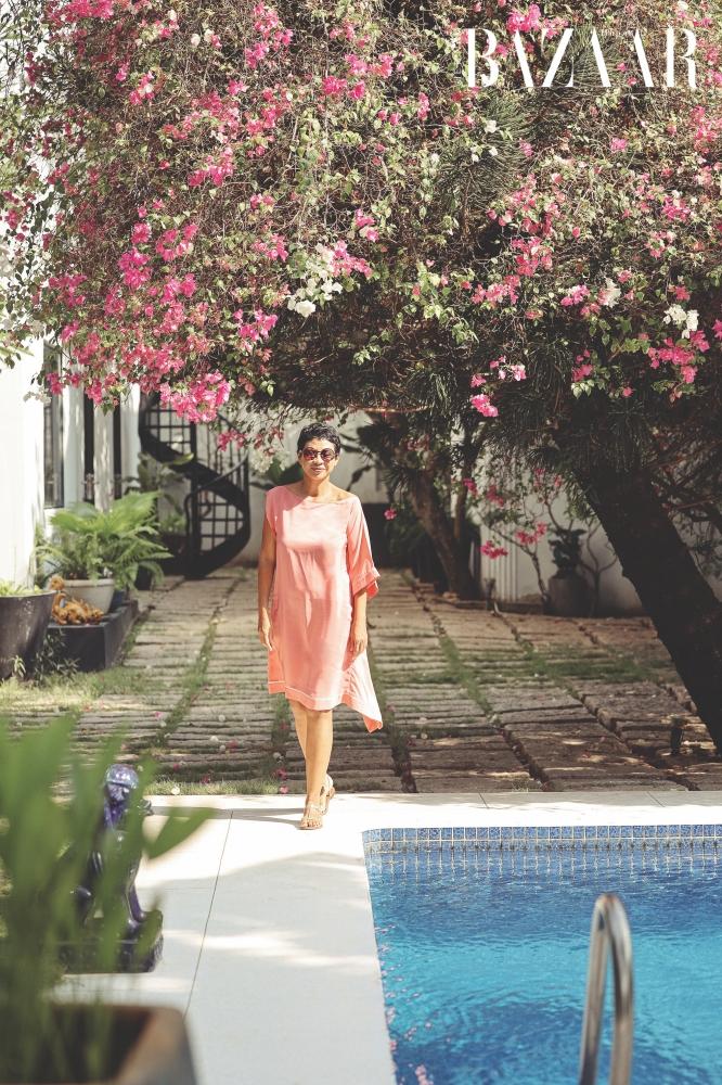 Cơ ngơi của nhà thiết kế Marielle Genet Rakotomalala gồm ba phần chính. Đó là khu vườn và hồ bơi, nhà chính và công ty thiết kế của chị.