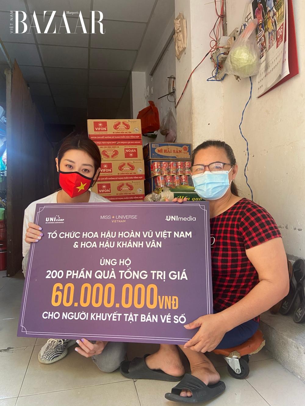 Khánh Vân bên người lao động nghèo tại TP. Hồ Chí Minh.