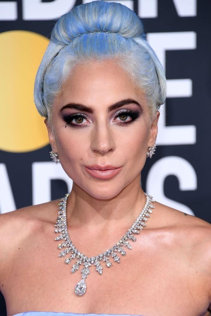 Lady Gaga với mái tóc màu nhuộm bạch kim ánh xanh