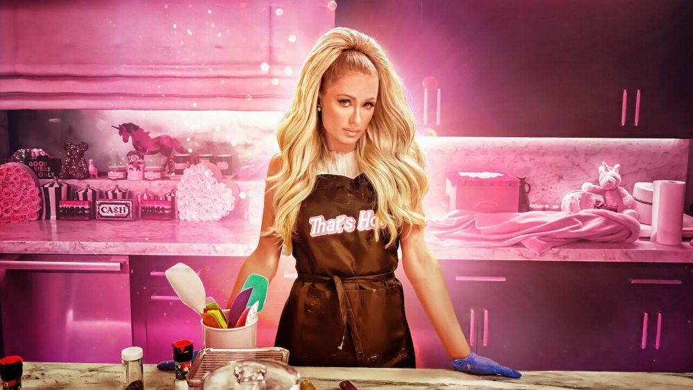 Paris Hilton mặc đồ couture đi nấu ăn trên show Netflix Cooking with Paris