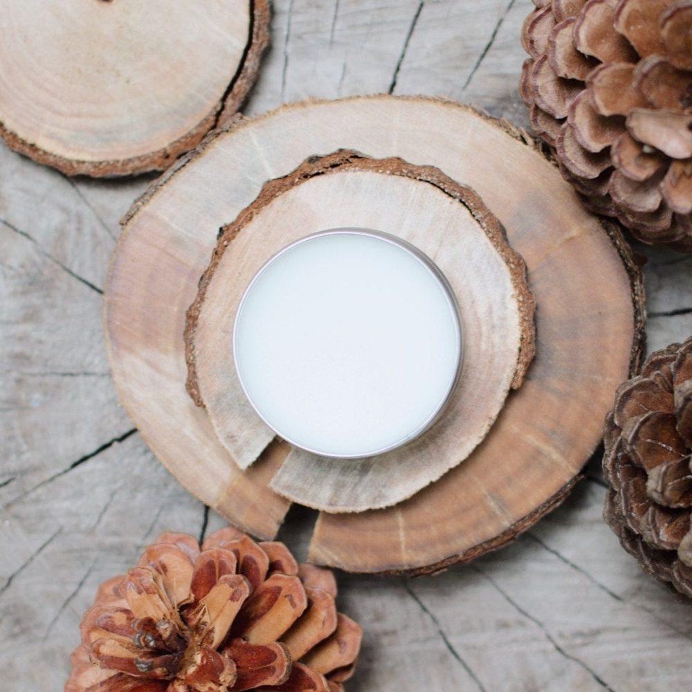 Sáp hoa Thông gồm hương gỗ thông, đàn hương, trầm hương, khuynh diệp, và gỗ hồng từ núi rừng Đà Lạt rất được yêu thích tại Việt Nam. Ảnh: Herb n' Spice.