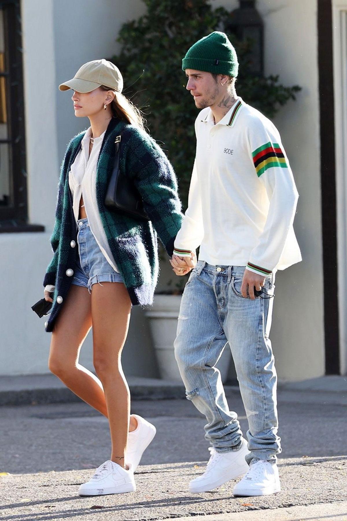 Street style giao mùa của Hailey Bieber: Áo oversize cùng túi Saint Laurent nhỏ xíu