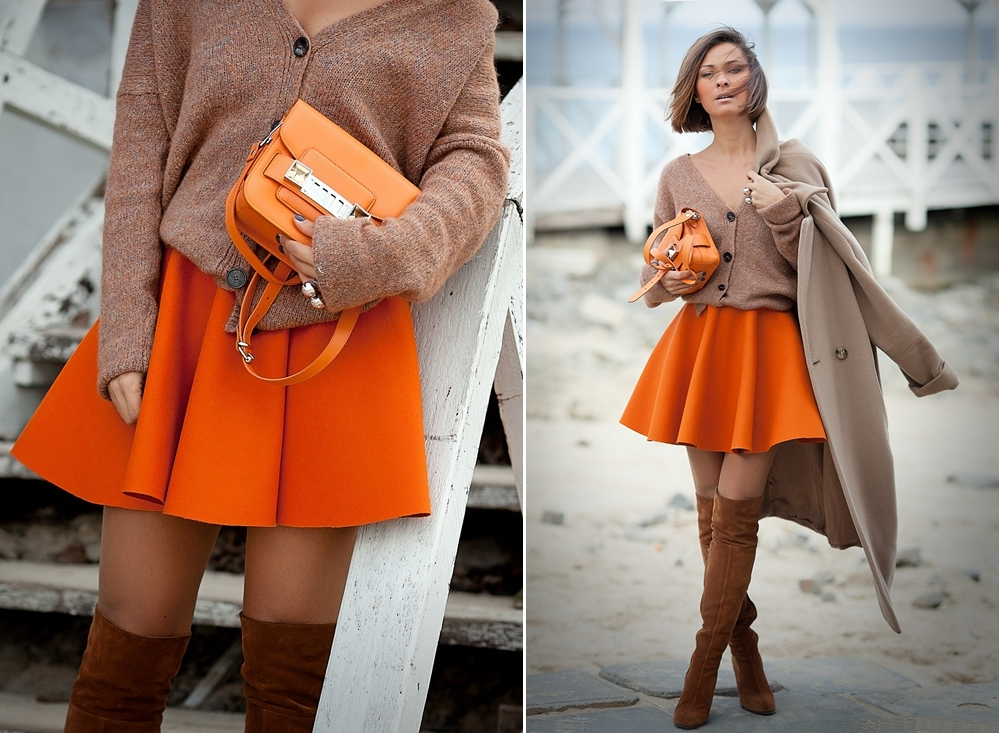 Chân váy màu nâu kết hợp với áo màu gì