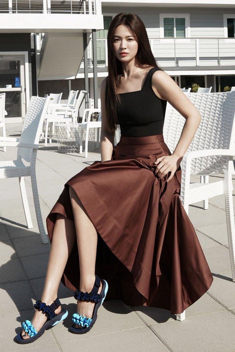 Song Hye Kyo trong trang phục nâu - đen