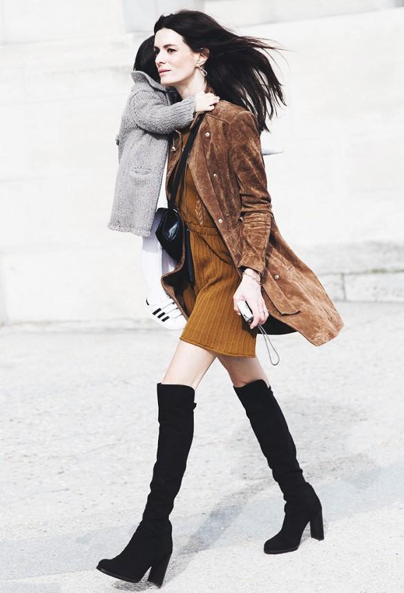 Chân váy màu nâu kết hợp với áo màu gì?