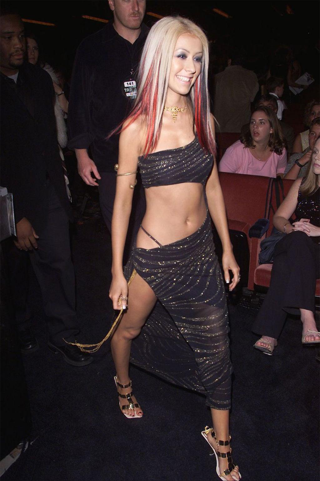 Jennifer Lopez làm sống dậy xu hướng Y2K: Lộ quần lọt khe ngoài quần dài