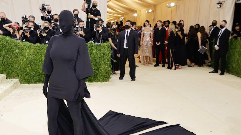 Rihanna, Kim K chọn đầm Balenciaga đen bí ẩn cho Met Gala 2021 7