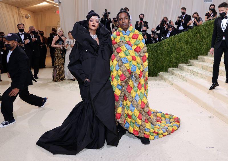 Rihanna, Kim K chọn đầm Balenciaga đen bí ẩn cho Met Gala 2021 4