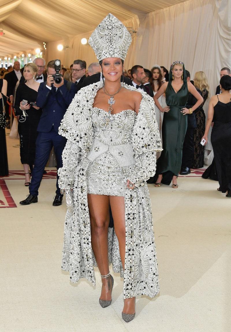 Rihanna, Kim K chọn đầm Balenciaga đen bí ẩn cho Met Gala 2021 1