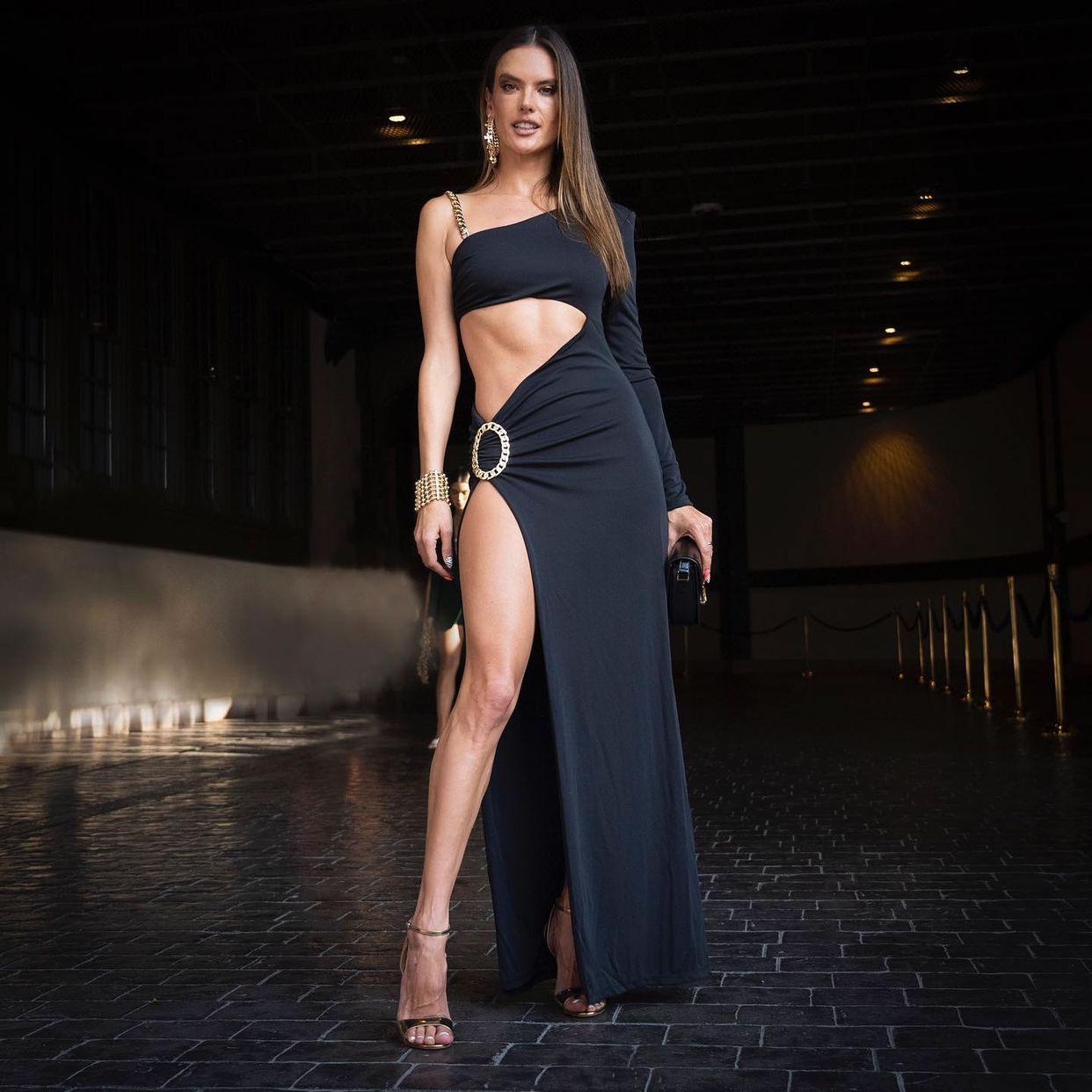 Fashionista chuộng street style hở eo tại tuần lễ New York Xuân Hè 2022 10