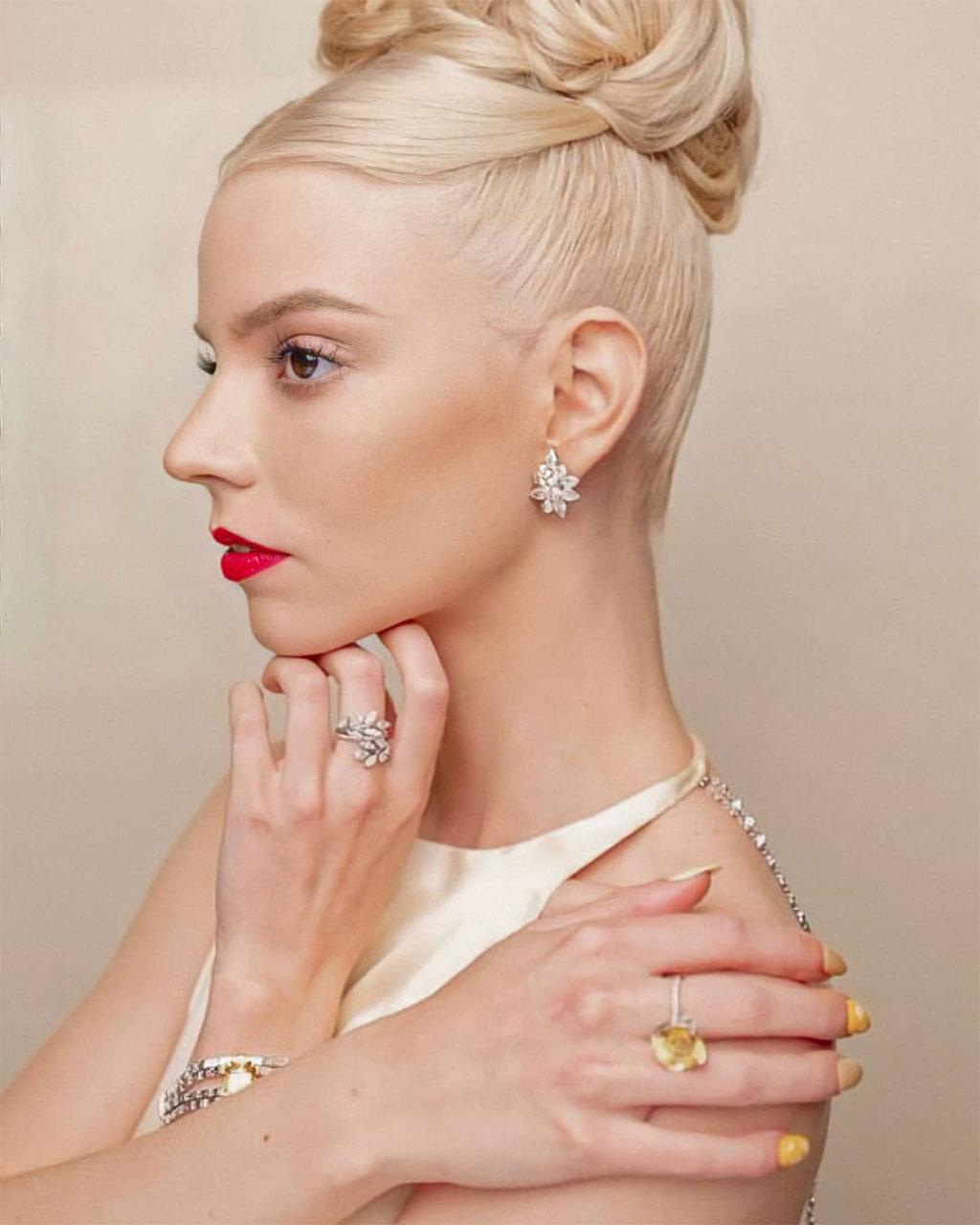 Đóa hồng vàng nở rộ trên thảm đỏ Emmys 2021 2
